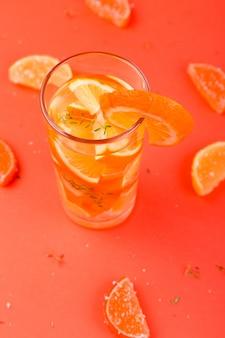 Cocktail di frutta arancione, acqua disintossicante sulla superficie arancione