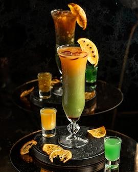 Cocktail di frutta sul tavolo