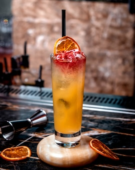 Cocktail di ghiaccio al limone con fetta di frutta