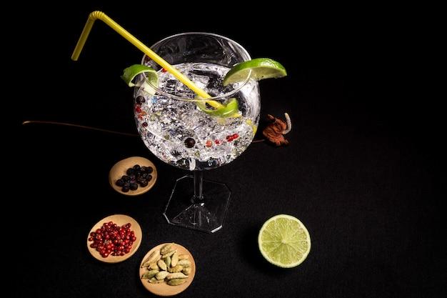 Cocktail di gin e tonico su sfondo nero