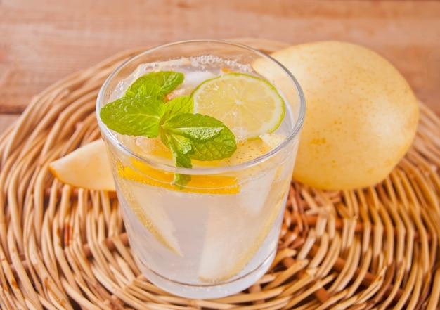 Cocktail di limonata o mojito alla pera con pera, limone e menta, bevanda o bevanda rinfrescante fredda