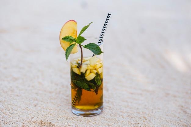 Cocktail di mele sulla sabbia.