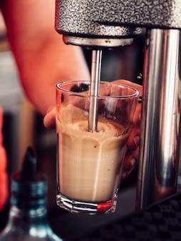 Cocktail di miscelazione del barista maschio