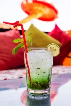 Cocktail di mojito estivo rinfrescante in un bicchiere
