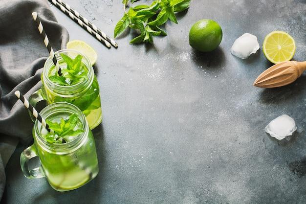 Cocktail di mojito in barattolo di vetro sul nero. avvicinamento. copia spazio