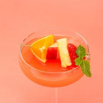 Cocktail di punch di frutta variopinta in vetro coupé