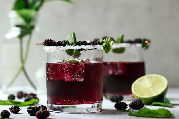 Cocktail di rovo con more e ghiaccio tritato