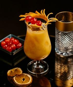 Cocktail di succo d'arancia con frutti di bosco.