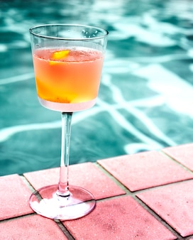 Cocktail drink a bordo piscina