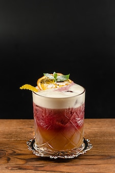 Cocktail estivo su un tavolo di legno