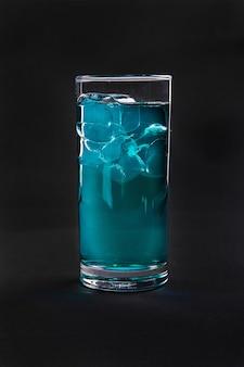 Cocktail estivo sul nero isolato