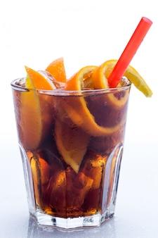Cocktail freddo con frutta all'arancia