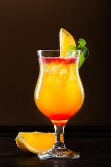 Cocktail fresco con arancia
