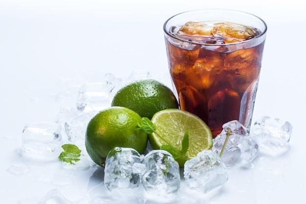 Cocktail fresco con bevanda e calce di cola