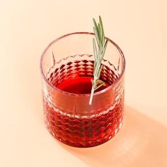 Cocktail fresco con la fine della foglia su