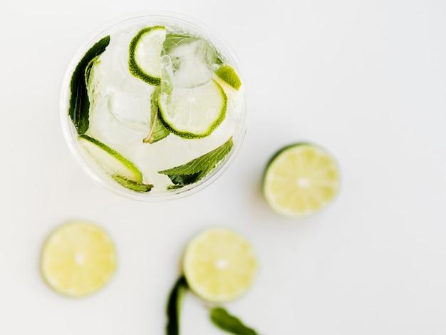 Cocktail fresco con lime e menta piperita