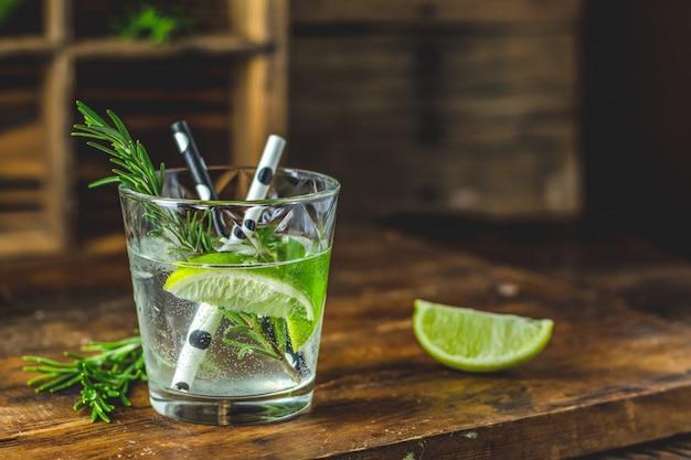 Cocktail fresco con lime, ghiaccio e rosmarino, cocktail mojito