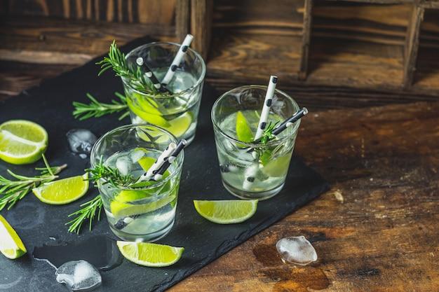 Cocktail fresco con lime, ghiaccio e rosmarino