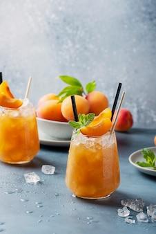 Cocktail fresco dell'albicocca con ghiaccio e la menta