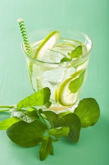 Cocktail fresco di mojito sopra la tavola verde