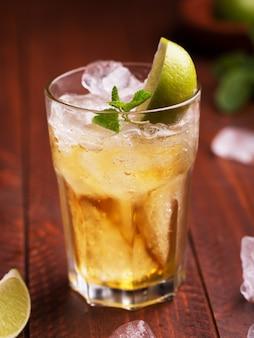 Cocktail fresco preparato con birra allo zenzero, lime e ghiaccio