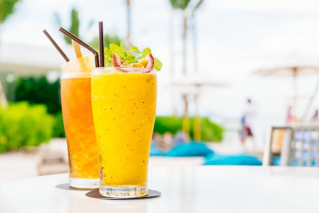 Cocktail ghiacciati bicchiere con spiaggia e mare
