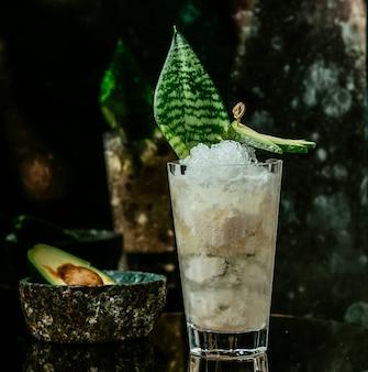 Cocktail ghiacciato bianco sul tavolo