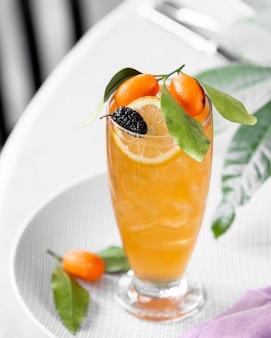 Cocktail ghiacciato con agrumi sul tavolo