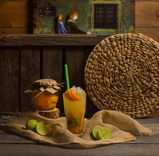 Cocktail ghiacciato di frutta sul tavolo