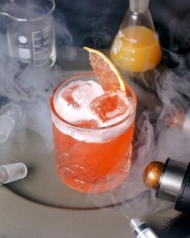 Cocktail ghiacciato rosso sul tavolo