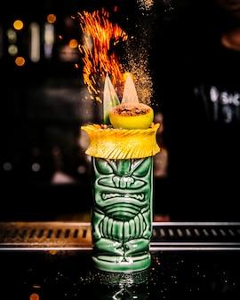 Cocktail in stile messicano con limone che brucia sulla vista laterale superiore