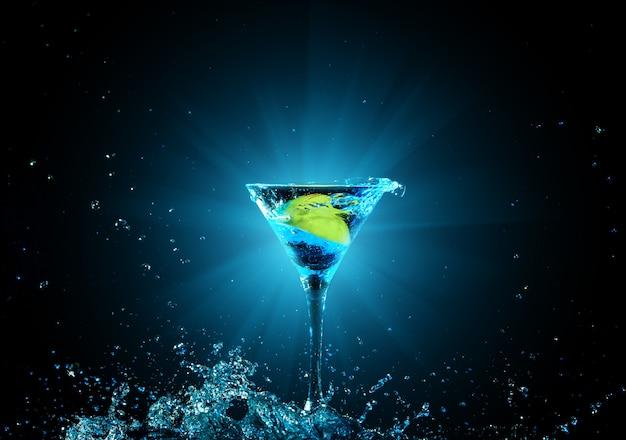 Cocktail in vetro con spruzzi