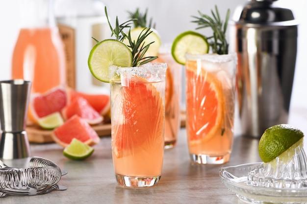 Cocktail lime fresco e rosmarino combinati con succo di pompelmo fresco e tequila