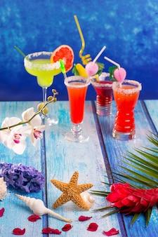 Cocktail misti colorati in legno blu tropicale