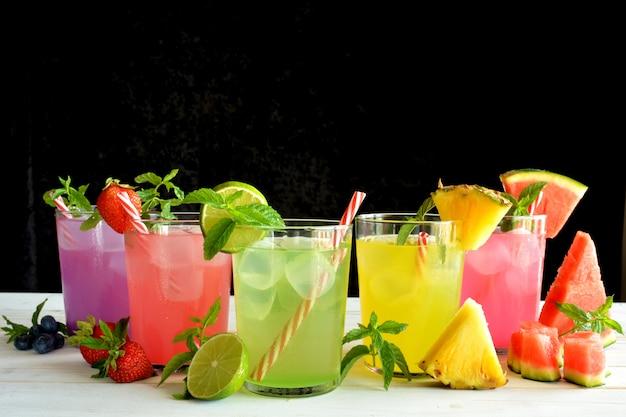 Cocktail mojito di diversi sapori tropicali come ananas, lime, fragola, frutti di bosco e anguria
