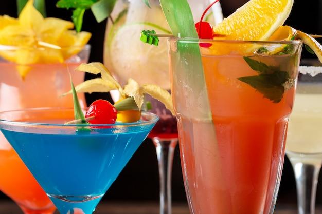 Cocktail multicolori al colpo alto vicino della barra