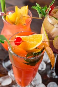 Cocktail multicolori al primo piano della barra