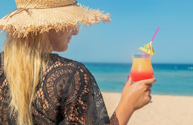 Cocktail nelle mani di una donna
