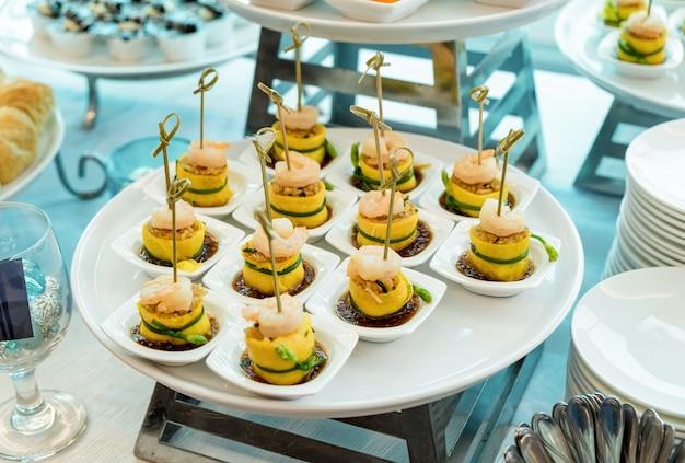 Cocktail party con cibo a base di uova con gamberetti