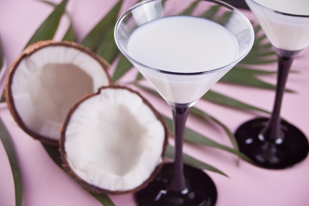 Cocktail pina colada con foglia di palma e cocco sullo sfondo