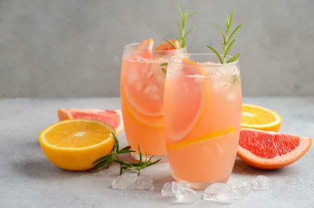 Cocktail rinfrescante di agrumi con pompelmo, arancia e rosmarino.