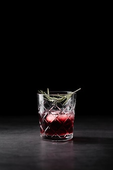Cocktail rinfrescante nello spazio della copia di vetro