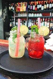 Cocktail rinfrescanti estivi mojito e fragola freschi in vetro