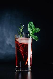 Cocktail rosa con menta e rosmarino