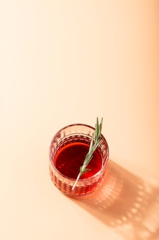 Cocktail rosso con spazio di copia