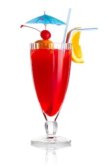 Cocktail rosso dell'alcool con la fetta e l'ombrello arancio isolati