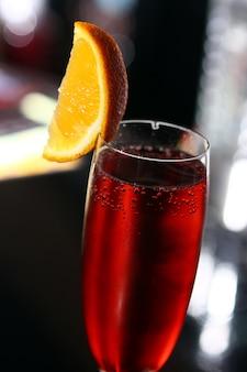 Cocktail rosso in un bicchiere di champagne
