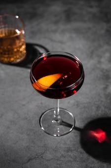 Cocktail rosso nella vista superiore della tazza