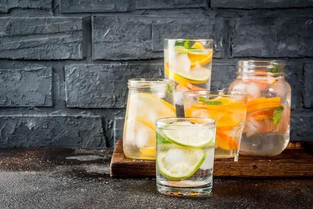 Cocktail salutari estivi, insieme di varie acque infuse di agrumi, limonate o mojito