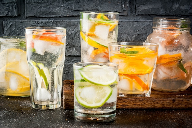 Cocktail salutari estivi, insieme di varie acque infuse di agrumi